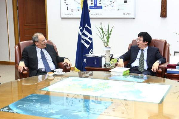 (사진)한동대 장순흥 총장(사진 오른쪽)과 하임 호센 주한 이스라엘 대사