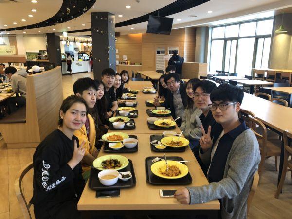 (사진)장순흥 총장과 김광수 총학생회 회장 등이 지난 11일 학생식당에서 '총장님과 함께 하는 아침 식사' 이벤트로 준비한 무료 아침밥을 같이 먹었다