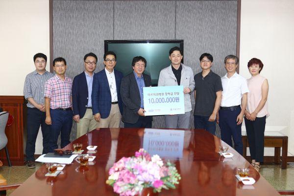 (사진)포항 미르치과(대표원장 김용철)는 지난 23일 학생들의 장학금으로 사용해 달라며 1천만 원을 한동대에 전달했다