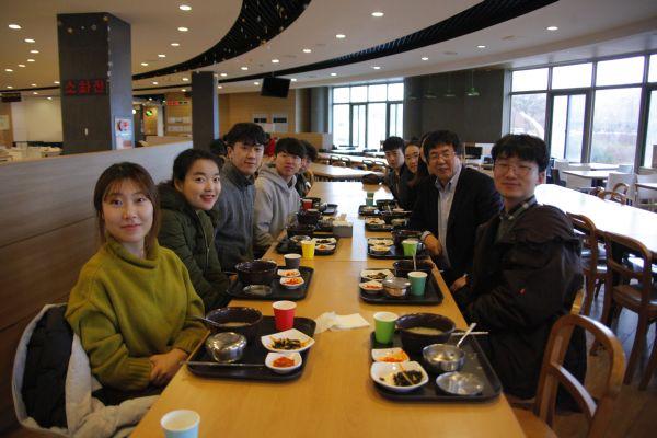 (사진)장순흥 총장과 총학생회 학생들이 학생식당에서 '총장님과 함께 하는 아침 식사' 이벤트로 준비한 무료 아침밥을 같이 먹었다