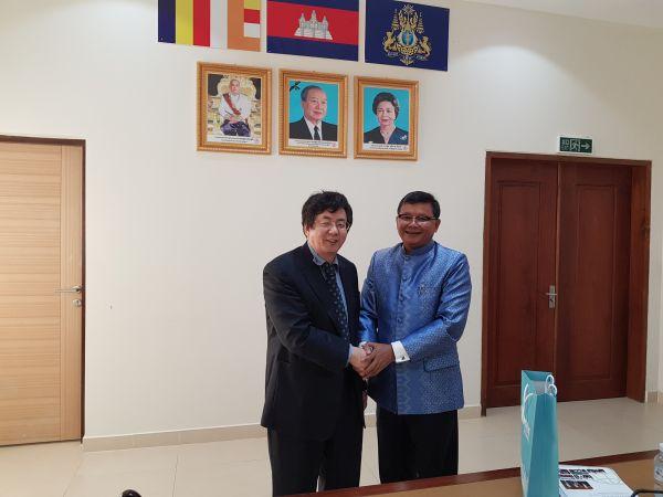 (사진1)장순흥 한동대 총장, 항 추온 나론 캄보디아 교육부 장관이 협력을 다짐하며 악수하고 있다