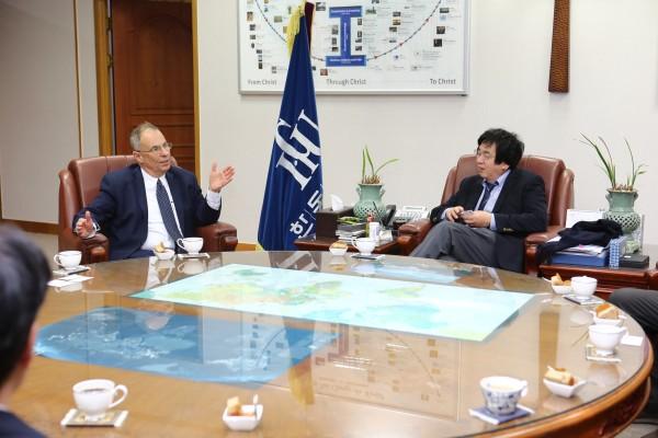 (사진1)한동대 장순흥 총장(사진 오른쪽)과 하임 호센 주한 이스라엘 대사