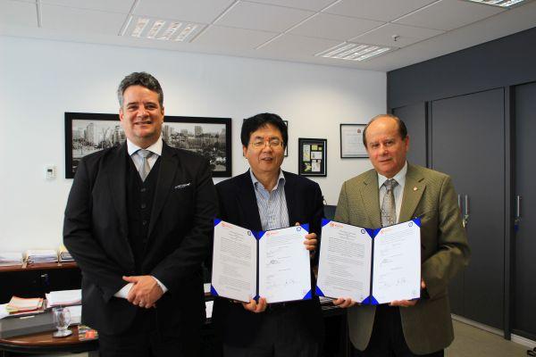 (사진1)한동대 장순흥 총장(가운데)이 브라질 최고 명문 사립대학인 마켄지 대학교를 방문해 다비 찰스 고메스 총장(맨 오른쪽)과 양교 간 교류협력 협약을 체결했다