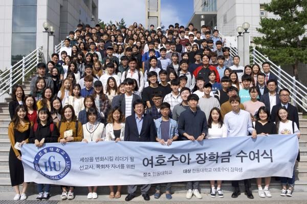 (사진1)여호수아 장학금을 받은 학생들과 장순흥 총장이 다함께 기념사진을 찍고 있다