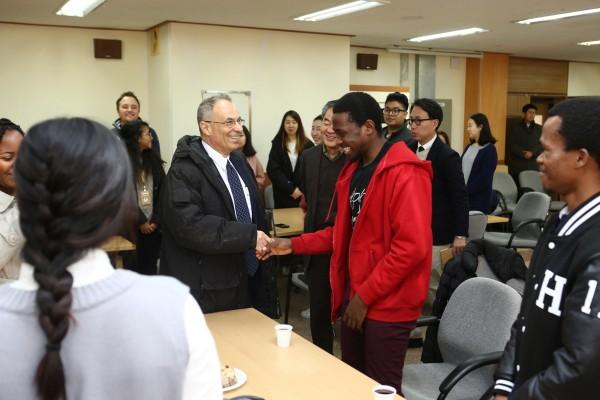(사진2)하임 호센 주한 이스라엘 대사가 한동대 외국인 학생과 악수하고 있다