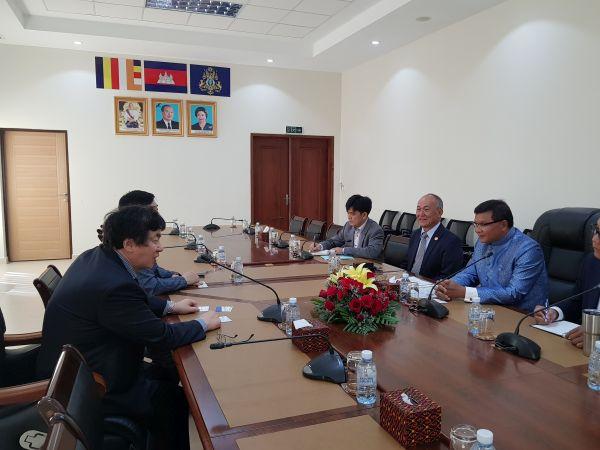 (사진2)한동대 장순흥 총장이 항 추온 나론 캄보디아 교육부 장관, 홀팽 국립경영대 총장 등과 캄보디아 교육 발전을 위한 방안에 대해 논의하고 있다