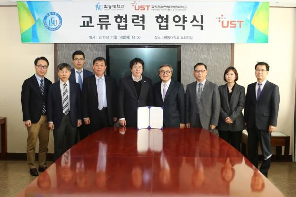 (사진)장순흥 총장과 문길주 총장(가운데)을 비롯한 두 기관 보직 교수와 관계자 10명이 참석한 가운데 14일 한동대에서 협약식이 열렸다