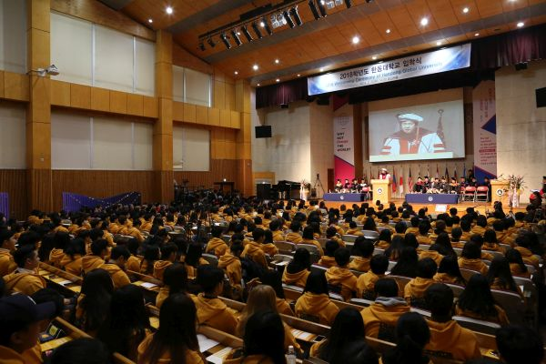 (사진2)장순흥 한동대 총장이 입학식 식사를 말하고 있다