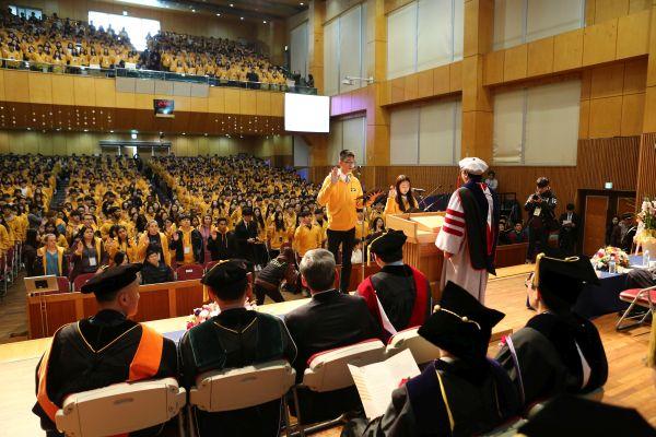 (사진3)신입생들이 다 함께 '한동명예선언문'을 낭독하며 선서하고 있다