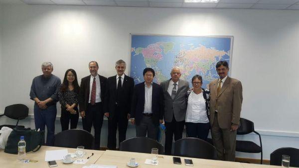 (사진3)한동대 장순흥 총장(오른쪽에서 네 번째)이 브라질 최고 명문 국립대학인 상파울루대학교를 방문해 양교 간 협력 프로그램을 진행하기로 했다