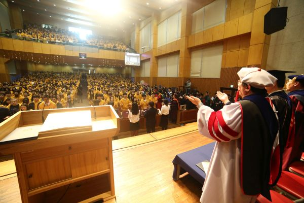 (사진4)신입생들과 교수들이 마주 보며 다 함께 서로를 축복하는 노래를 부르고 있다