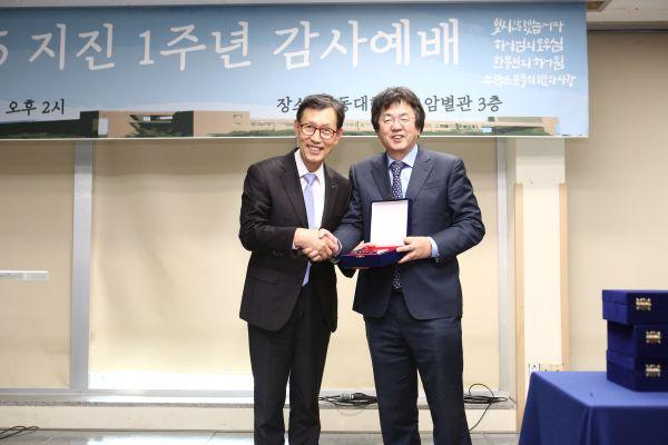 (사진5)장순흥 총장(오른쪽)이 더 멋진 세상 김창옥 사무총장에게 감사패를 전달하고 기념사진을 찍고 있다