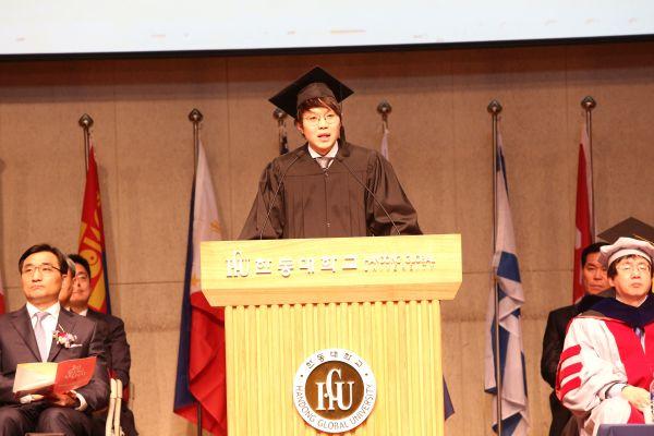 (사진6)졸업생 대표로 단상에 선 김기찬 학생이 졸업 인사말을 전하고 있다