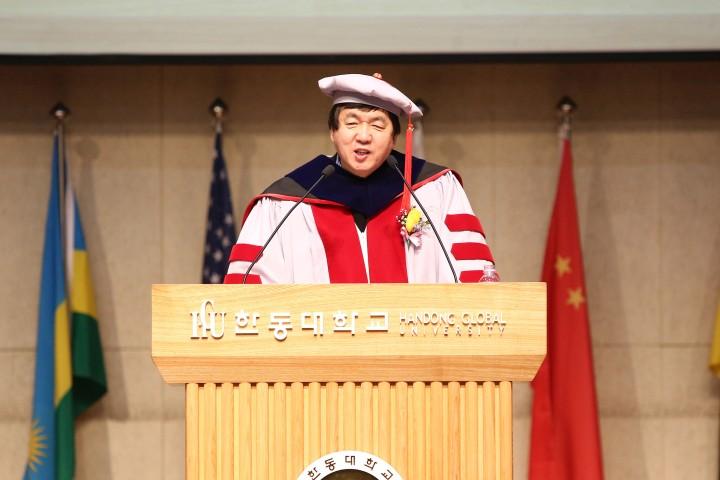 (사진1)장순흥 총장이 입학 축사를 하고 있다