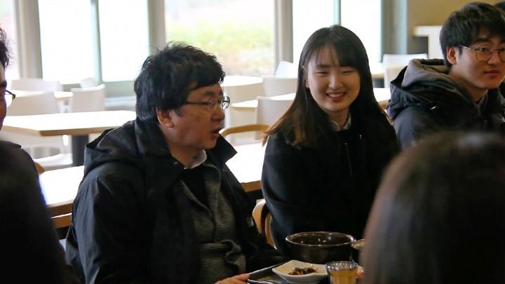 (사진1)  장순흥 총장이 학생들에게 지역사회와 세계의 문제를 함께 고민하고 우리 이웃에게 따뜻한 나눔과 봉사를 실천하는 인재가 되어달라고 당부의 말을 하고 있다.