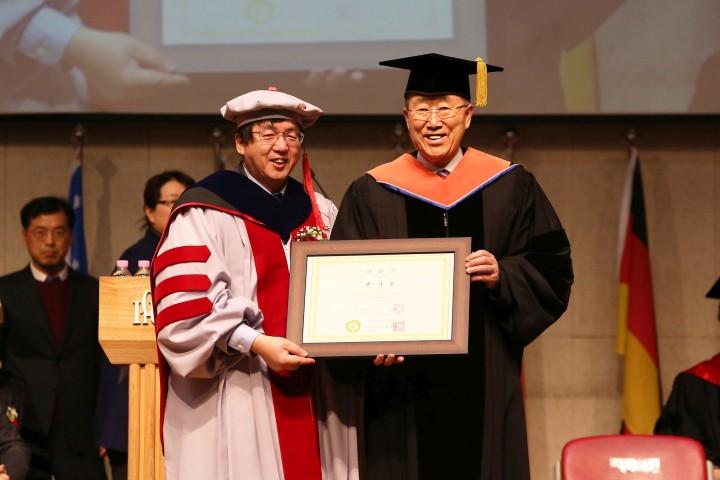(사진2)장순흥 총장과 반기문 총장이 명예박사학위기를 들고 있다