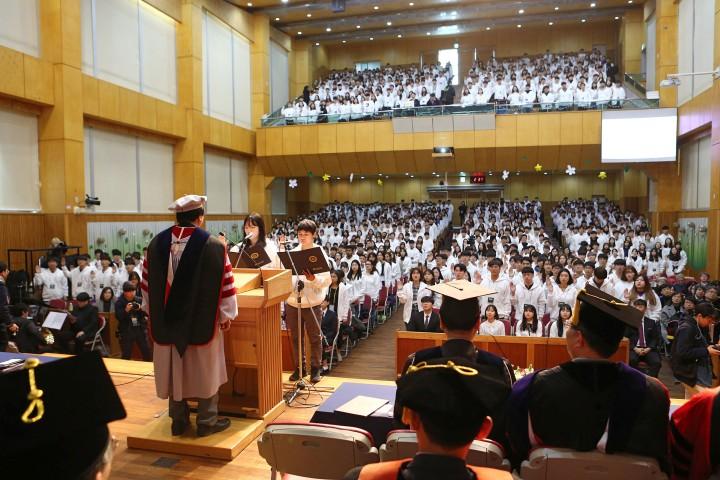 (사진2)19학번 신입생들이 입학 선서를 하고 있다