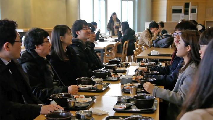 (사진2) 학생들이 장 총장에게 다양한 건의사항과 궁금한 점을 묻고 있다.