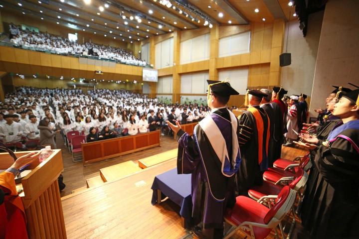 (사진3)교수와 신입생이 축복송을 부르며 서로 축복하고 있다